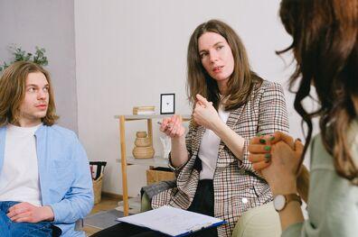 Cómo destacarte en una entrevista grupal - Mibucle